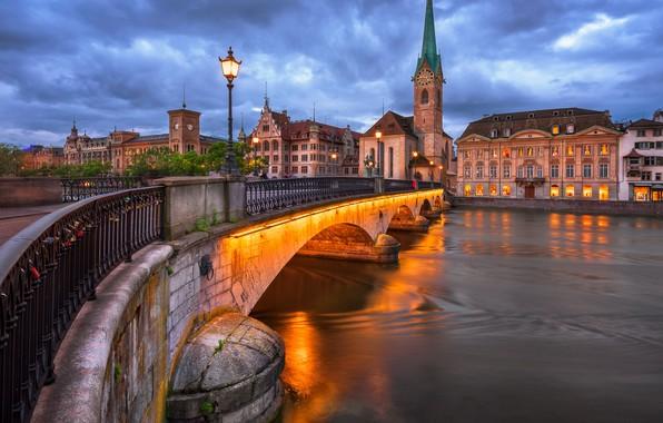 Картинка мост, город, река, здания, башня, дома, вечер, Швейцария, освещение, фонари, церковь, Цюрих, Лиммат