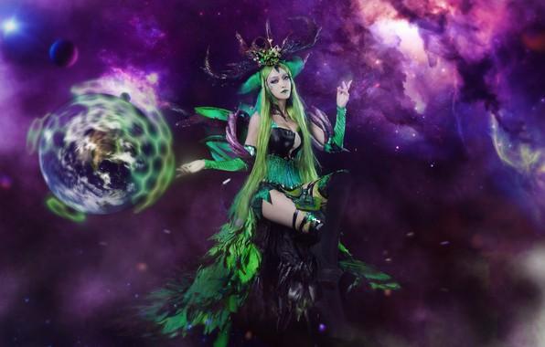 Картинка зелень, фиолетовый, грудь, небо, взгляд, листья, девушка, космос, полет, ночь, туманность, лицо, секси, поза, зеленый, …