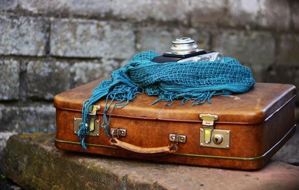 Картинка синий, стена, вещи, шарф, фотоаппарат, чемодан, кирпичи, коричневый, композиция, фотокамера