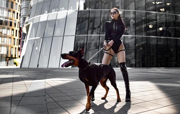 Картинка девушка, поза, собака, сапоги, фигура, очки, доберман, Юрий Семёнов
