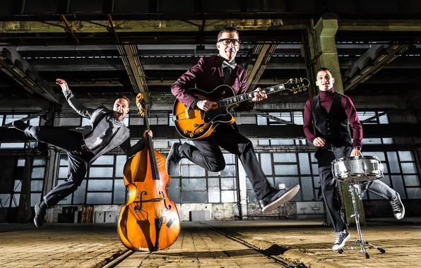 Картинка гитара, группа, виолончель, инструменты, трио, мужчины, помещение, барабан, костюмы, рок-н-ролл, музыканты, позы