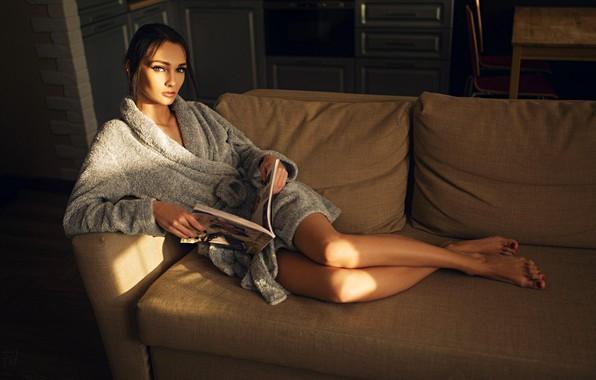 Картинка взгляд, поза, комната, модель, подушки, макияж, прическа, лежит, шатенка, ножки, красотка, журнал, на диване, халат, …