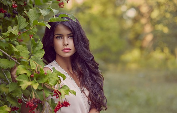 Картинка девушка, природа, ягоды, куст, макияж, брюнетка, локоны, калина