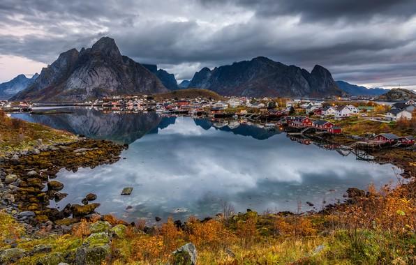 Картинка осень, облака, свет, пейзаж, горы, тучи, природа, отражение, камни, берег, растительность, Норвегия, домики, водоем, поселок, …
