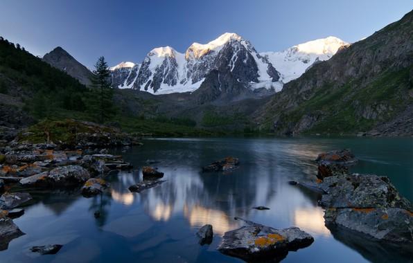 Фото обои лес, лето, горы, озеро, синева, камни, склоны, вершины, ели, водоем, в горах, снежные, булыжники