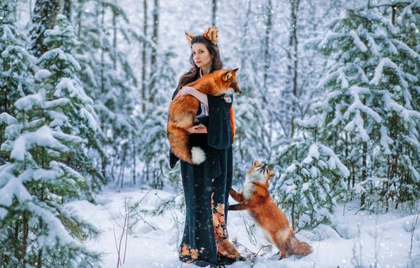 Картинка зима, лес, девушка, снег, поза, кимоно, Вероника, ушки, рыжые, две лисы, Александра Савенкова