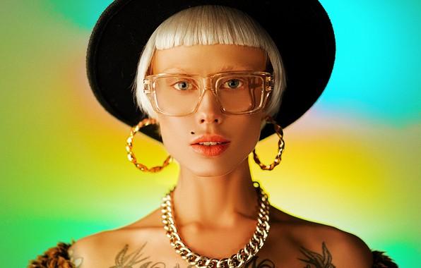 Картинка взгляд, девушка, лицо, фон, стрижка, портрет, серьги, тату, очки, цепь, шляпка, плечи, Кристина, Алексей Трифонов