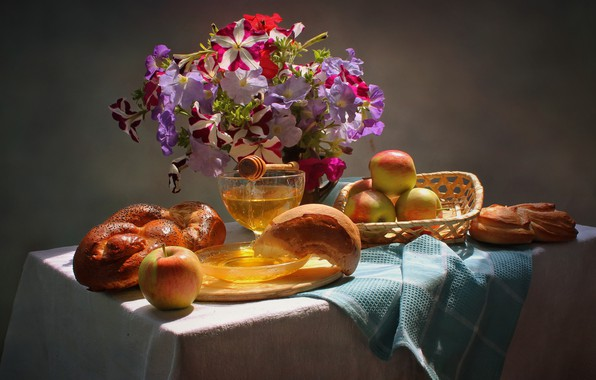 Картинка цветы, стол, яблоки, доска, фрукты, натюрморт, мёд, корзинка, блюдце, скатерть, салфетка, булка, вазочка, петунья, Ковалёва …
