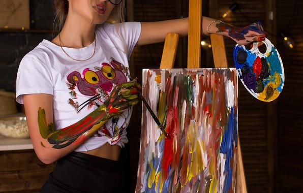 Картинка краски, Девушка, очки, футболка, палитра, кисть, холст, Кирилл Закиров, Настя Павлова