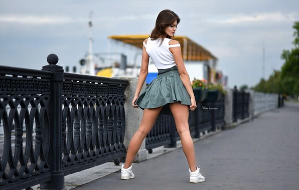 Картинка поза, модель, юбка, макияж, майка, фигура, прическа, шатенка, ножки, стоит, набережная, кроссовки, задом, парапет, боке, …