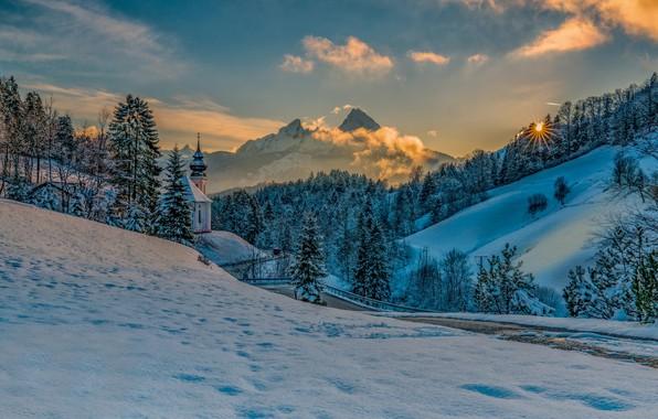 Картинка зима, дорога, солнце, лучи, снег, деревья, пейзаж, закат, горы, природа, холмы, Бавария, Альпы, церковь, леса, …