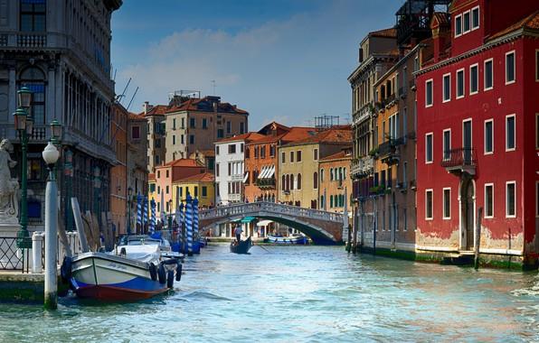 Картинка мост, город, дома, фонари, Италия, Венеция, канал, статуя, катера, гондолы