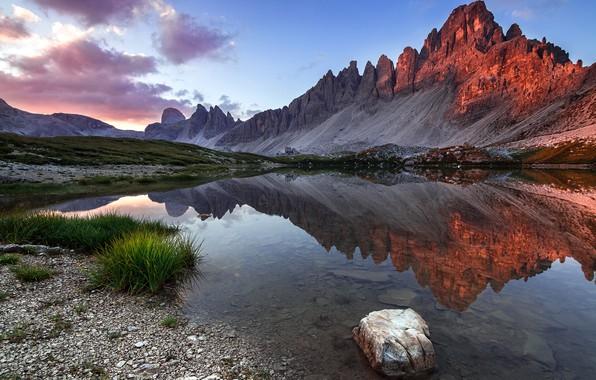 Картинка трава, пейзаж, горы, природа, озеро, отражение, камни, рассвет, утро, Италия, Доломиты, Lazar Ioan Ovidiu