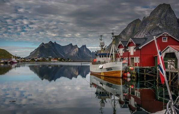 Картинка море, пейзаж, горы, тучи, природа, скалы, дома, корабли, причал, деревня, Норвегия, Лофотенские острова, Рейне, Лофотены