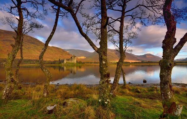 Картинка осень, небо, облака, деревья, горы, ветки, озеро, отражение, синева, замок, холмы, стволы, берег, Шотландия, дымка, …