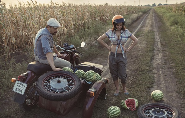Картинка грудь, девушка, колесо, мотоцикл, арбузы, кукурузное поле, неприятность, отвалилось
