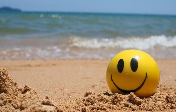 Фото обои песок, море, волны, пляж, лето, желтый, мяч, смайл, summer, happy, beach, sea, smile, seascape, sand, ...