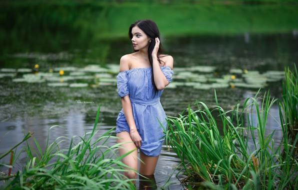 Картинка зелень, трава, пруд, парк, камыши, фон, модель, портрет, макияж, фигура, платье, брюнетка, прическа, красотка, стоит, …
