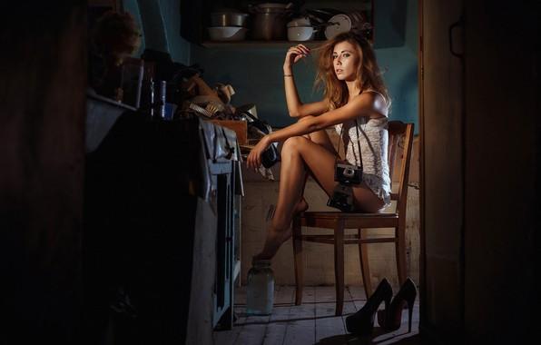 Картинка девушка, поза, фотоаппарат, стул, кухня, туфли, посуда, Андрей Ерастов