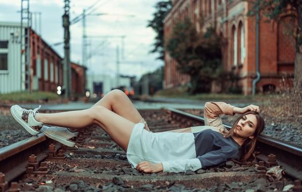 Картинка взгляд, девушка, поза, ноги, рельсы, ситуация, железная дорога, лежит, Анна Каренина, Beatrice Rogall, Andreas-Joachim Lins