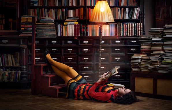 Картинка поза, модель, книги, лампа, макияж, платье, брюнетка, прическа, туфли, лежит, библиотека, ножки, полумрак, торшер, на …