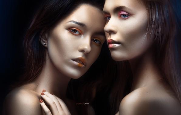 Картинка взгляд, рука, портрет, макияж, лица, две девушки, плечи, маникюр, тёмный фон, Alexander Drobkov-Light, Мария Ларина, …