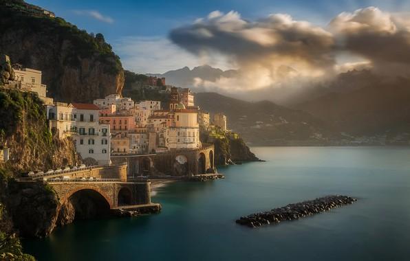 Картинка море, облака, горы, город, скалы, побережье, дома, утро, Италия, Maciej Bartnicki