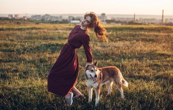 Картинка девушка, поза, собака, платье, луг, Roma Roma
