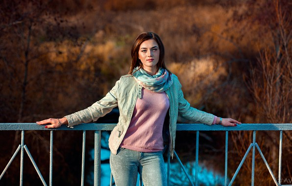 Картинка взгляд, солнце, деревья, мост, модель, портрет, джинсы, макияж, фигура, куртка, прическа, перила, шатенка, стоит, кофта, …