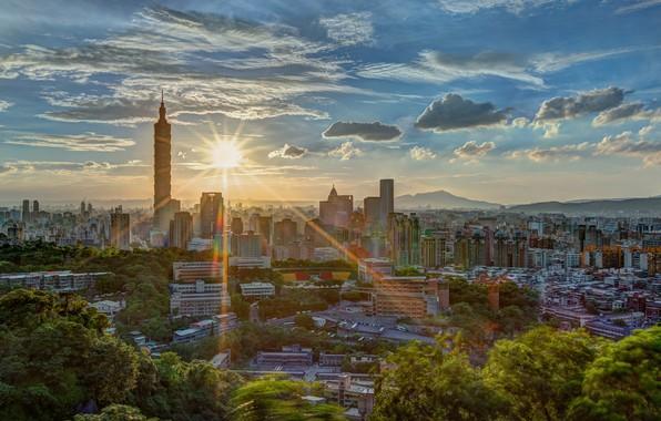Картинка зелень, лето, солнце, облака, лучи, свет, горы, город, блики, холмы, растительность, вид, здания, башня, высота, …