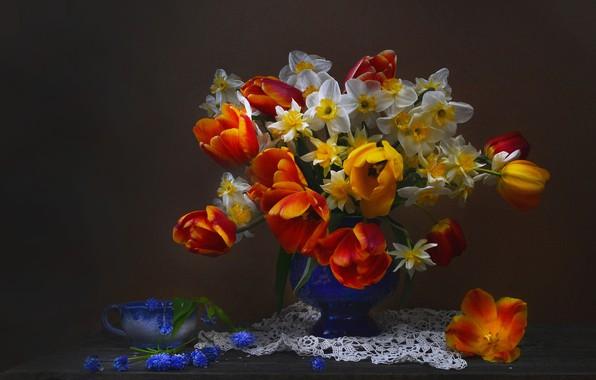 Картинка фон, букет, тюльпаны, ваза, салфетка, нарциссы, мускари