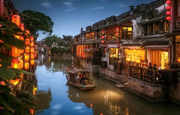 Картинка город, лодка, дома, вечер, освещение, Китай, канал, фонарики, Хитанг