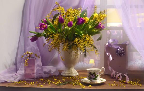 Картинка цветы, коробка, духи, окно, чашка, тюльпаны, флакон, ваза, натюрморт, занавеска, тюль, мимоза, Валентина Колова