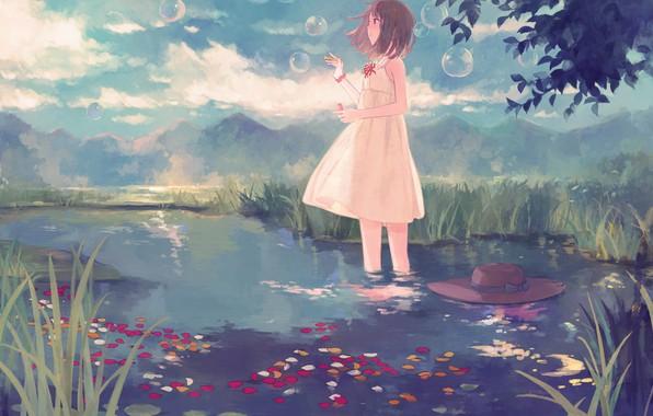 Картинка лето, ручей, холмы, лепестки, мыльные пузыри, девочка, каникулы, соломенная шляпа, белый сарафан, небо в облаках