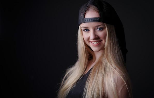 Картинка взгляд, девушка, улыбка, портрет, блондинка, кепка