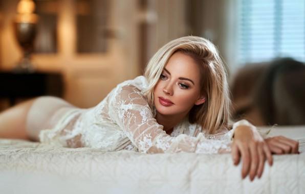 Картинка взгляд, девушка, комната, кровать, макияж, блондинка, блузка, Maarten Quaadvliet, гипюр
