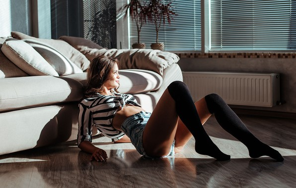 Картинка девушка, свет, поза, диван, ноги, шорты, гольфы, на полу, Руслан Малыш