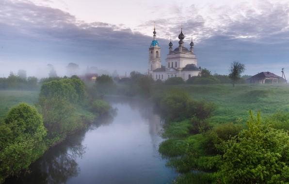 Картинка зелень, лето, небо, трава, облака, пейзаж, природа, туман, отражение, река, берег, село, утро, деревня, церковь, …