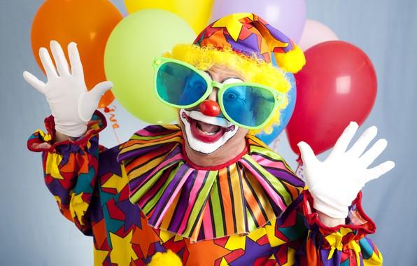 Картинка шарики, фон, шапка, руки, клоун, очки, наряд, перчатки, воздушные, боке, грим, мимика