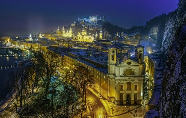 Картинка зима, дорога, ночь, город, река, здания, гора, дома, Австрия, освещение, церковь, храм, крепость, Зальцбург, Хоэнзальцбург, …