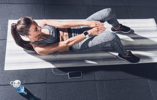 Картинка water, model, pretty, brunette, floor, female, smartphone, workout, fitness, abs, smartwatch