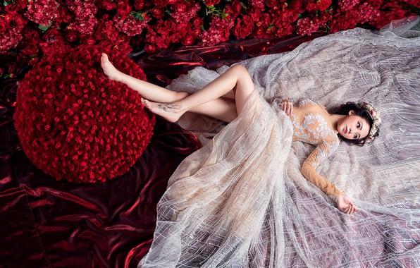Фото обои девушка, цветы, красный, поза, белое, шелк, платье, красные, ткань, лежит, азиатка, красивая, невеста, свадебное, букеты