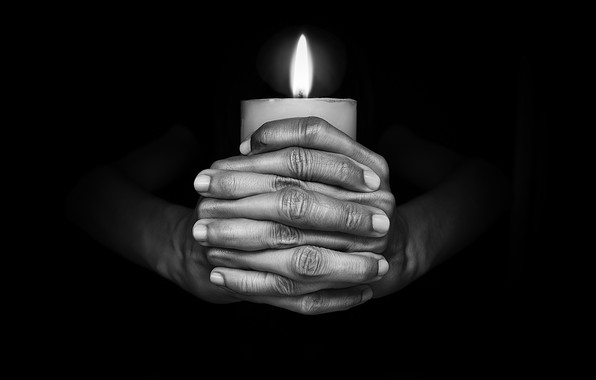 Картинка темнота, пламя, свеча, руки
