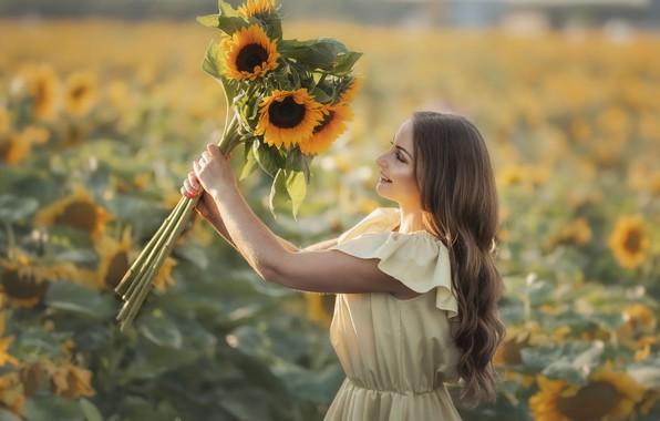 Картинка поле, лето, девушка, радость, подсолнухи, природа, улыбка, букет, платье, русая