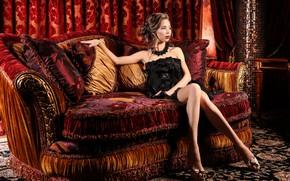 Картинка поза, диван, модель, интерьер, ножки, черное платье