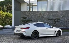 Картинка белый, купе, BMW, Gran Coupe, 840i, 8-Series, 2019, четырёхдверное купе, 8er, G16, на фоне здания
