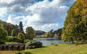 Картинка небо, солнце, облака, деревья, мост, пруд, парк, люди, Великобритания, Wiltshire, Stourhead Gardens, Stourton