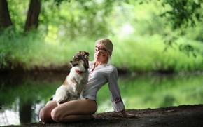 Картинка девушка, природа, пруд, собака, ножки, речка, сидит