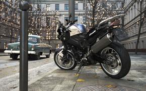 Картинка улица, мотоцикл, автомобиль, люк, столбик
