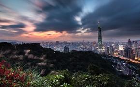 Картинка небо, горы, ночь, тучи, город, холмы, растительность, вид, здания, башня, небоскребы, вечер, горизонт, панорама, Тайвань, …